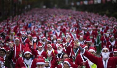 В Мадриде тысячи людей в костюмах Санта-Клаусов пробежали по улицам города