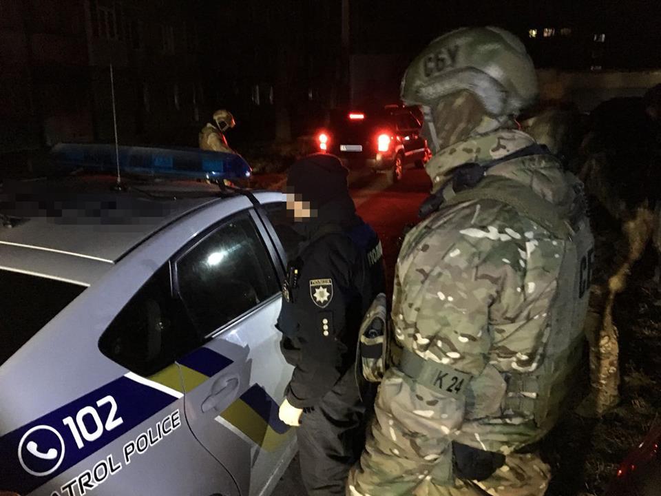 Копов задержали «на горячем» при получении от водителя 20 тысяч гривен
