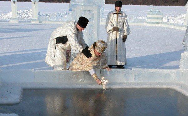 В Крещение вода становится целебной. Харьковчане отметили праздник нырянием в прорубь