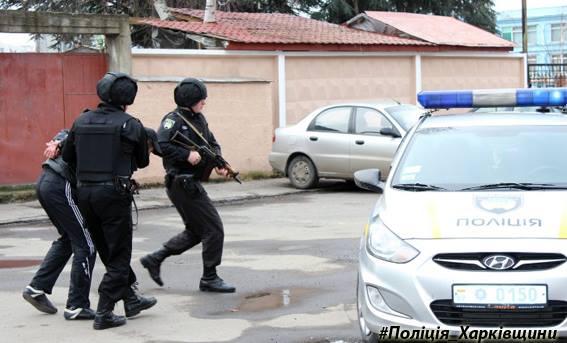 ВХарькове вооруженный военный угнал автомобиль вместе сводителем