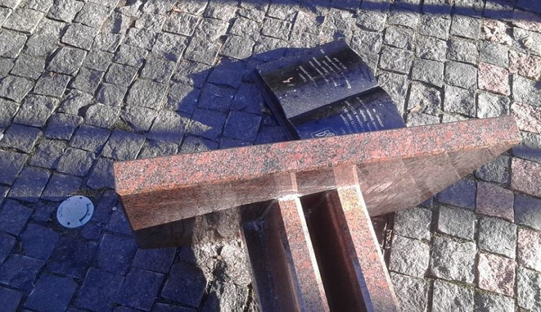 Полиция ищет вандалов, повредивших памятник Независимости