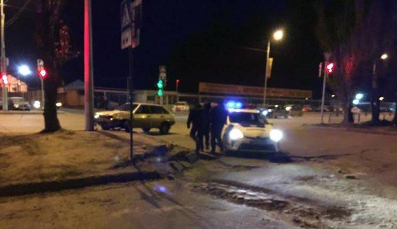Полицейские задержали пьяного водителя ВАЗ, «протаранившего» BMW и столб