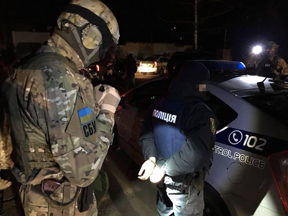 Сотрудники СБУ задержали трех харьковских полицейских после получения взятки в размере 20 тысяч гривен