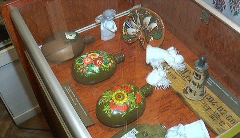 «Военно-полевой АРТ» в Харькове. В областном центре культуры и искусства открылась экспозиция боеприпасов, украшенных народной символикой