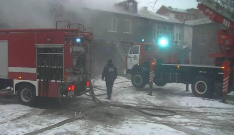 Спасатели эвакуировали из горящего двухэтажного дома троих жителей