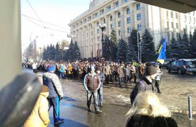 Более двух сотен пенсионеров МВД вышли на проезжую часть улицы Сумской