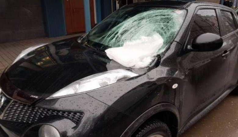 В центре Харькова на машину упала ледяная глыба. Владельцы готовят исковое заявление в суд (ВИДЕО)