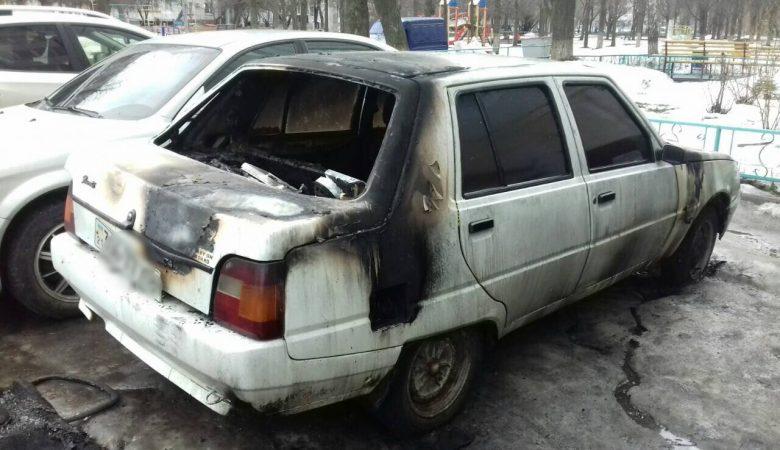 Возле жилой многоэтажки загорелся автомобиль (ФОТО)