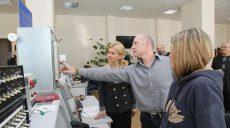 До конца года средняя зарплата на «Хартроне» вырастет на четверть. Прошли переговоры руководства Харьковской области с дирекцией завода (ВИДЕО)