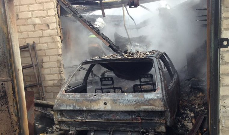 Пожаром на Харьковщине уничтожены автомобиль и гараж, в котором он стоял