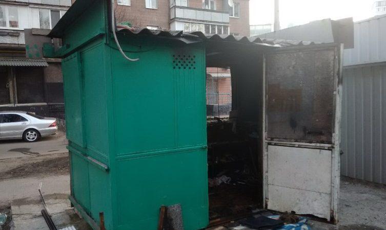На Основе сгорел обувной киоск (Фото)