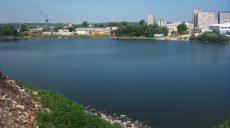 Жители Салтовки требуют ликвидировать свалку мусора в озере