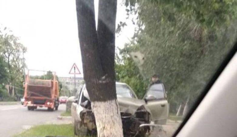 На Чкалова Daewoo Nubira врезался в дерево (Фото)