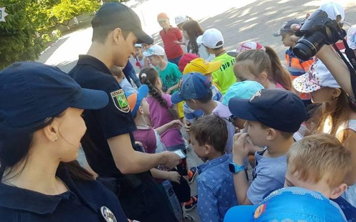 Харьковские патрульные проводят занятия с детьми в пришкольных лагерях (фото)