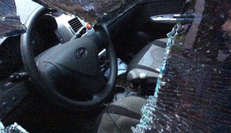 На Салтовке неизвестные разбили в автомобиле окно