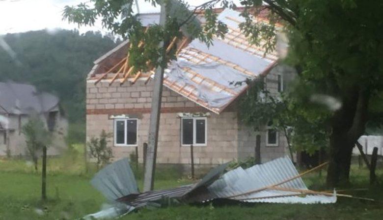 Ураган в Закарпатье сорвал крыши со многих домов (ФОТО)