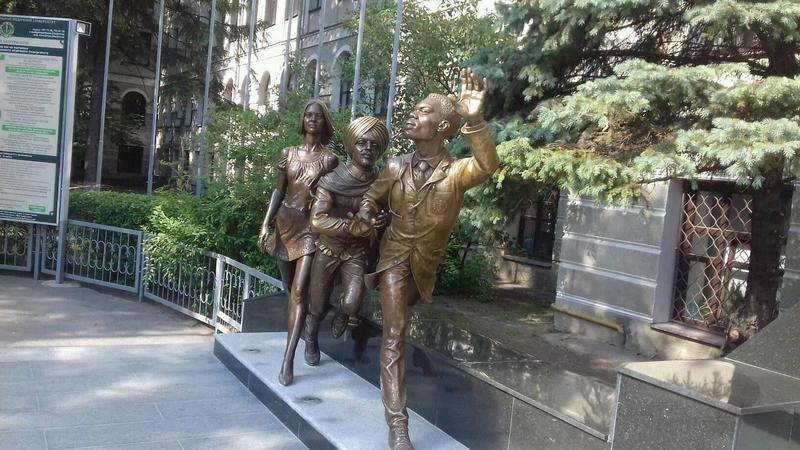 Харьковских студентов-медиков отлили из бронзы (фото)
