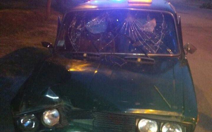 На Холодногорской водитель такси врезался в дерево