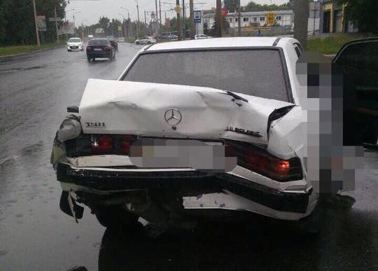 На ул. Шевченко столкнулись Mercedes Sprinter и Mercedes 190