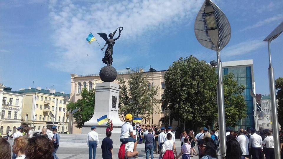 В Харькове отмечают день Конституции (фоторепортаж)