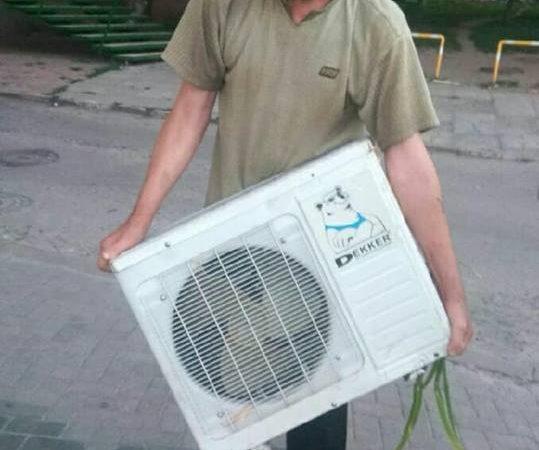 В Харькове двое мужчин спилили кондиционер со стены магазина