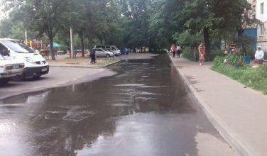 В Харькове на Алексеевке трое суток из-под земли бьет вода (фото)