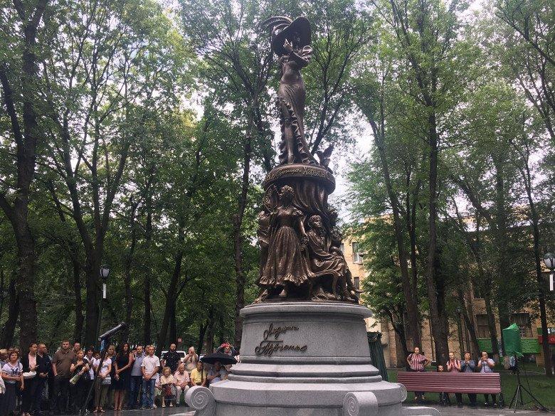 Ремонт сквера, где открыли памятник Гурченко, обошелся городу почти в 10 миллионов гривен – ХАЦ