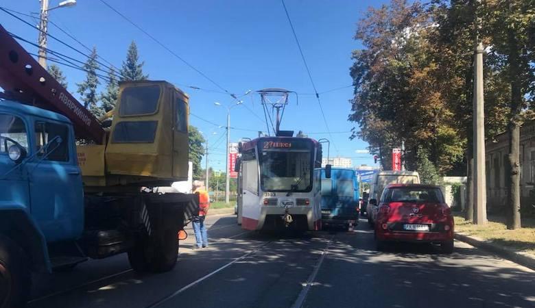 В Харькове трамвай сошел с рельсов и столкнулся с Mercedes Benz (фото)