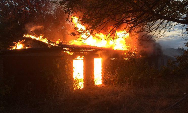 В Харькове сгорели две хозяйственные постройки