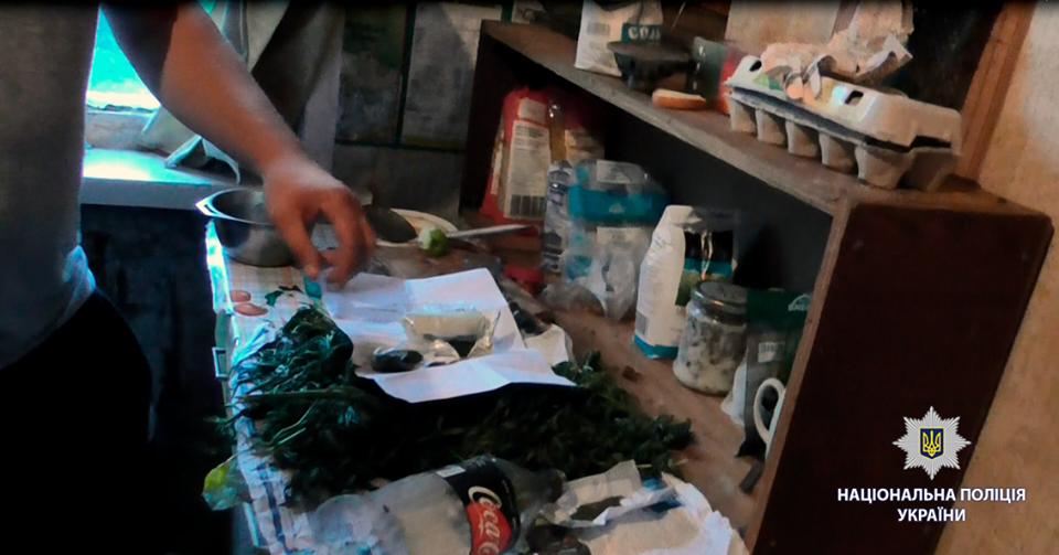 Под Харьковом мужчина дома хранил наркотики (фото)