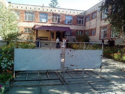 Возле здания суда, где рассмотрят дело Кернеса, поставили забор (фото)