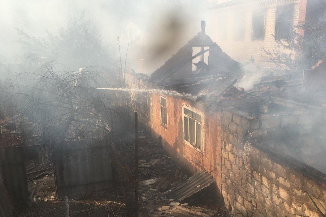 Пожар в Красноградском лесничестве: огонь охватил два дома (фото)