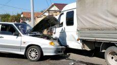 На одном из харьковских спусков легковое авто столкнулось с грузовиком