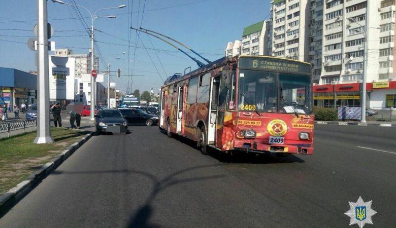В Харькове легковушка врезалась в троллейбус (фото)