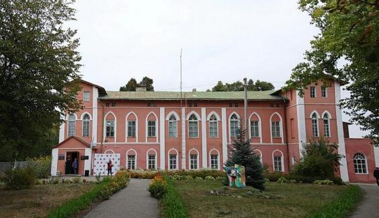 В Пархомовском художественном музее презентуют выставку украинской одежды