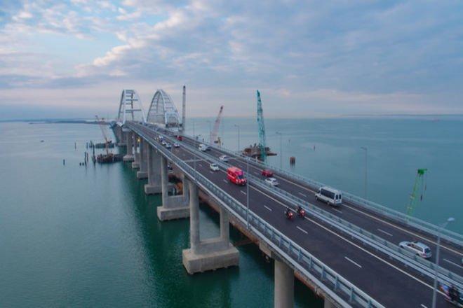 Украинские военные корабли прошли под Крымским мостом