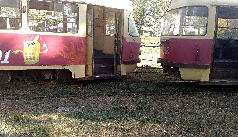 На Салтовке трамвай сошел с рельсов (фото)