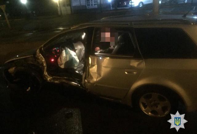 Водитель на Audi, врезавшийся в столб, госпитализирован