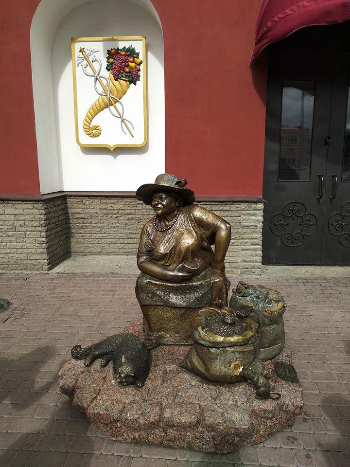 В Харькове появился памятник продавщице семечек (фото)