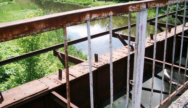 Мужчина собирался спрыгнуть со старого моста через Лопань