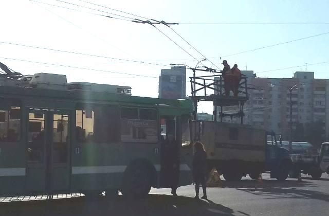 На Алексеевке остановились трамваи и троллейбусы