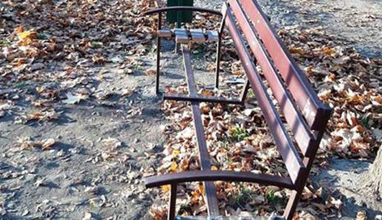 Харьковские школьники ломали скамейки в скверах (фото)