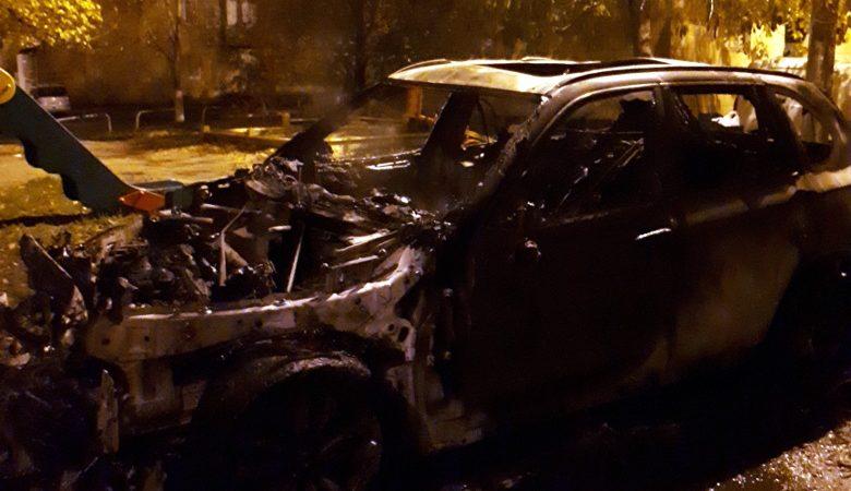 В центре Харькова ночью сожгли две иномарки (фото)