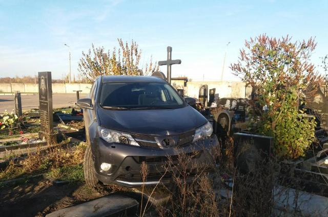 Полиция устанавливает обстоятельства повреждения памятников на кладбище