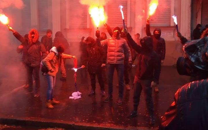 ВХарькове активисты забросали файерами консульствоРФ иподожгли дерево