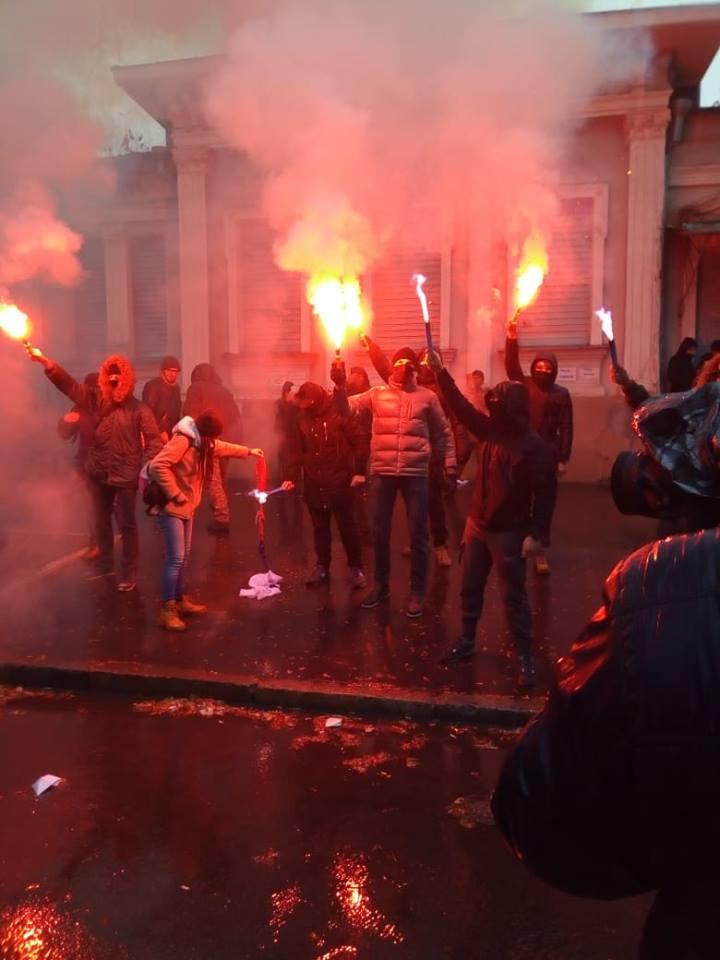 Пикет возле консульства России: активисты жгли шины и файеры (фото)