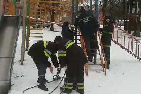 В Харькове ребенок застрял на металлической горке (фото)