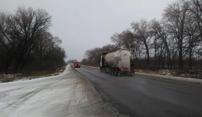 На дорогах Харьковской области работало 93 единицы спецтехники (фото)