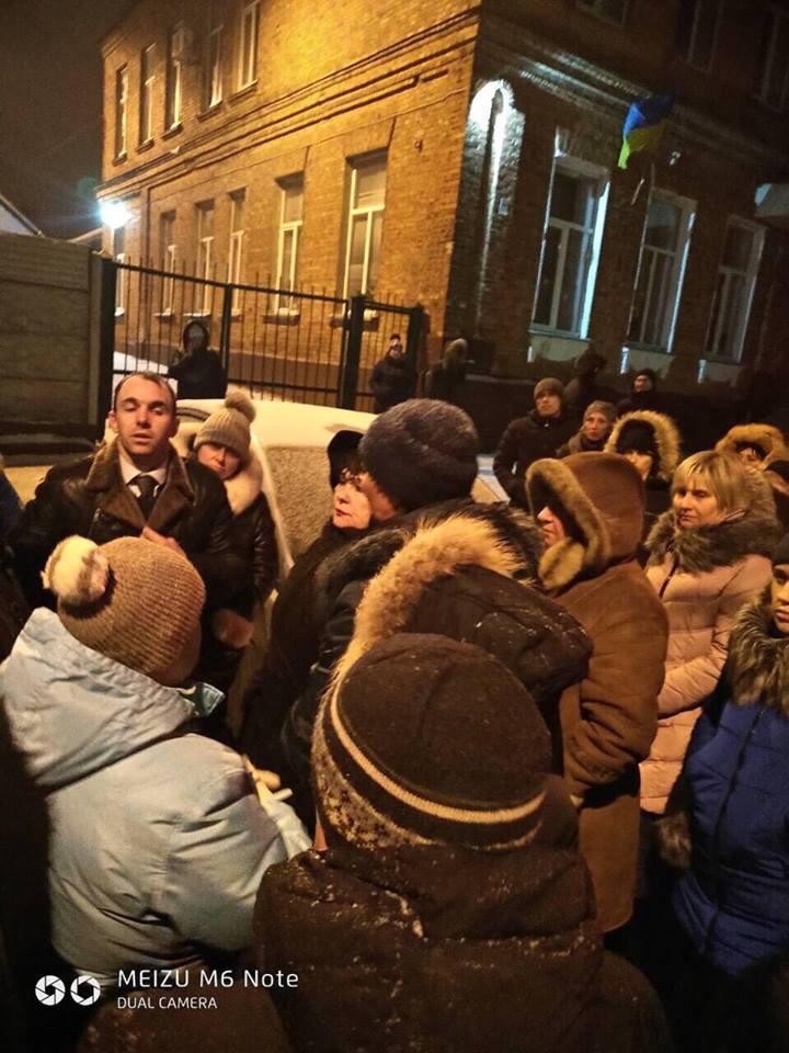 Конфликт в харьковской школе: больше 20 сотрудников написали заявления об увольнении (фото, видео)