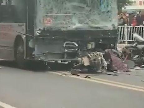 ЧП в Китае: мужчина угнал автобус и въехал в толпу